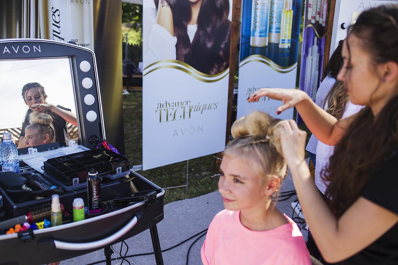 Avon a coafat gratuit peste 400 de femei din satul Valea Părului