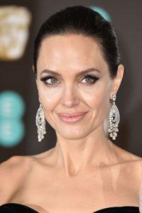 Aproape că nu am recunoscut-o pe Angelina Jolie cu părul blond și creț