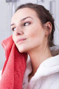 Această greșeală de îngrijire a pielii poate fi motivul pentru care ai acnee