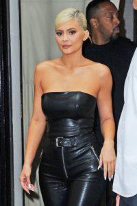 Noul look al lui Kylie Jenner este o tunsoare pixie care o face să semene perfect cu mama ei