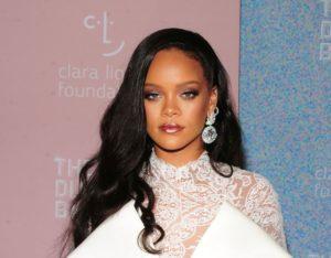 Rihanna a lansat un ruj negru la timp pentru Halloween