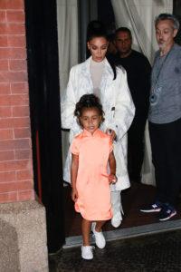 Fiica lui Kim Kardashian a purtat eyeliner oranj și a dat tonul unui nou trend de toamnă