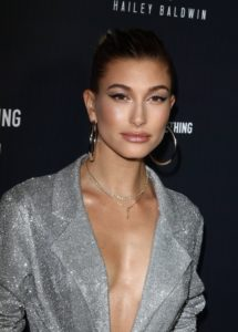 Trei reguli de beauty care îi asigură lui Hailey Baldwin un ten perfect