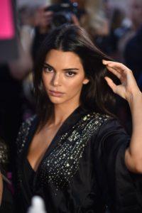 Kendall Jenner a purtat eyelinerul într-un mod surprinzător la People's Choice Awards