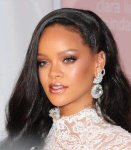 Rihanna lansează o nouă nuanță în familia Gloss Bomb și avem deja o obsesie pentru ea